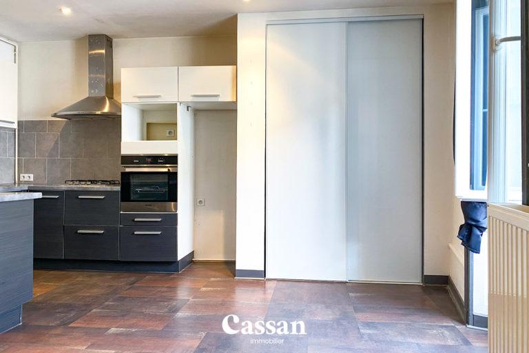 cuisine ouverte placard pièce de vie appartement