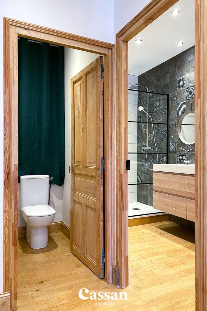 toilettes salle de bain parquet verrière
