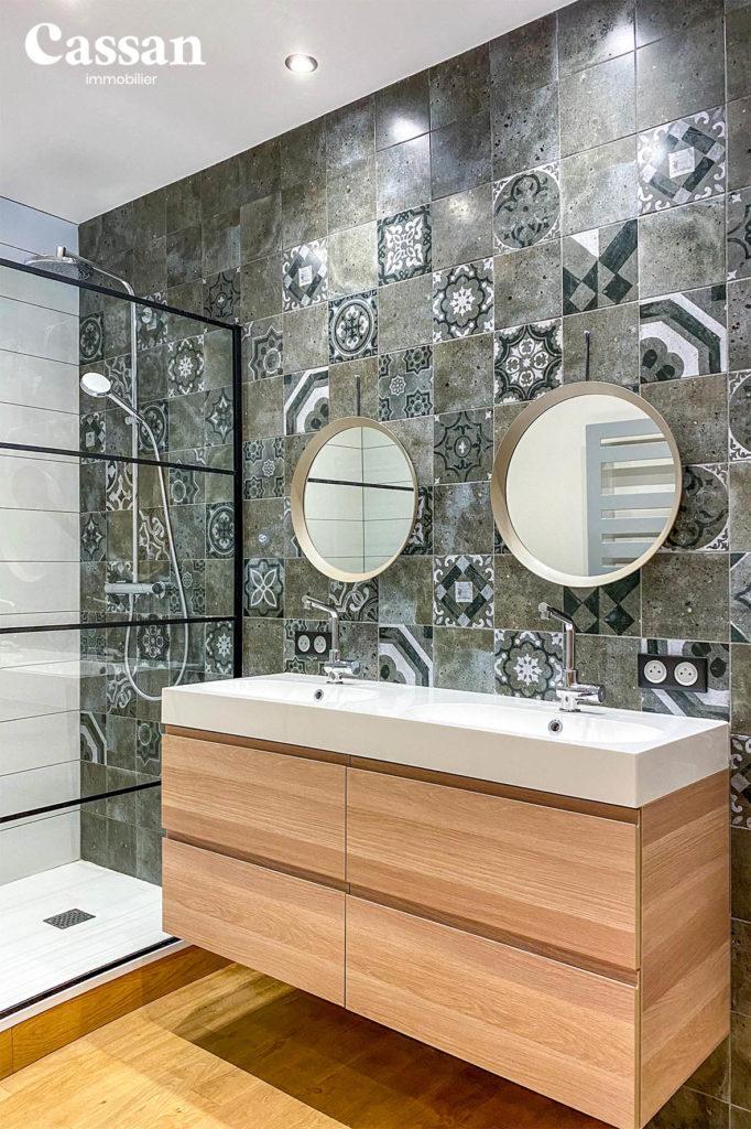 douche italienne salle de bain parquet verrière miroir rond double vasque