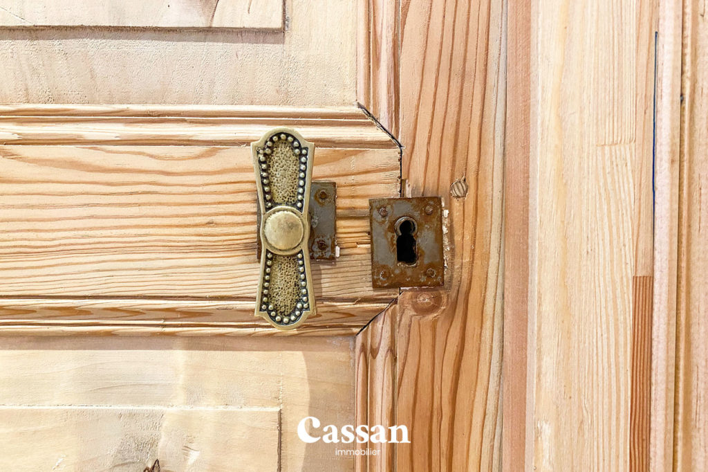 menuiserie bois porte poignée ancienne