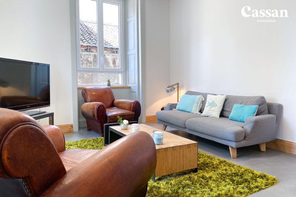 salon canapé fauteuils club vintage tapis à poil béton ciré
