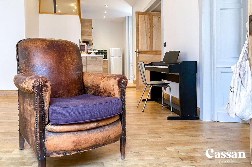 fauteuil club vintage parquet piano cuisine