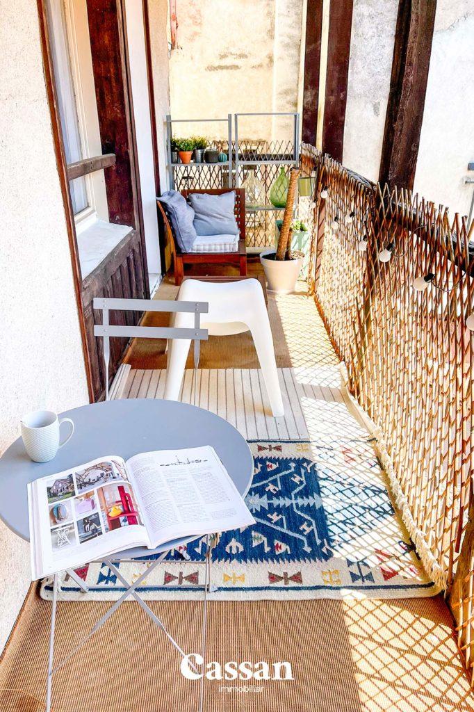 balcon extérieur salon de jardin loupiote guirlande guinguette