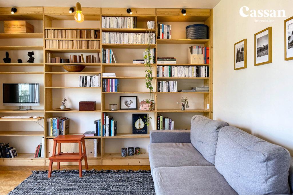 salon bibliothèque canapé marche pied livres