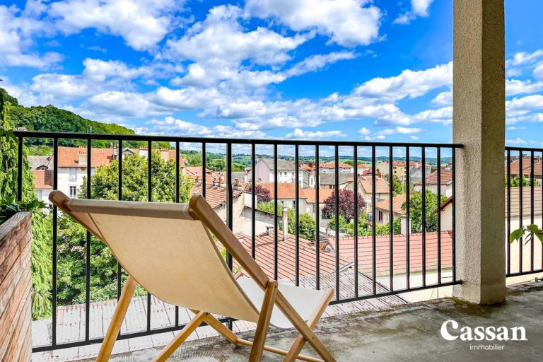 chaise longue terrasse vue puy courny colline toits