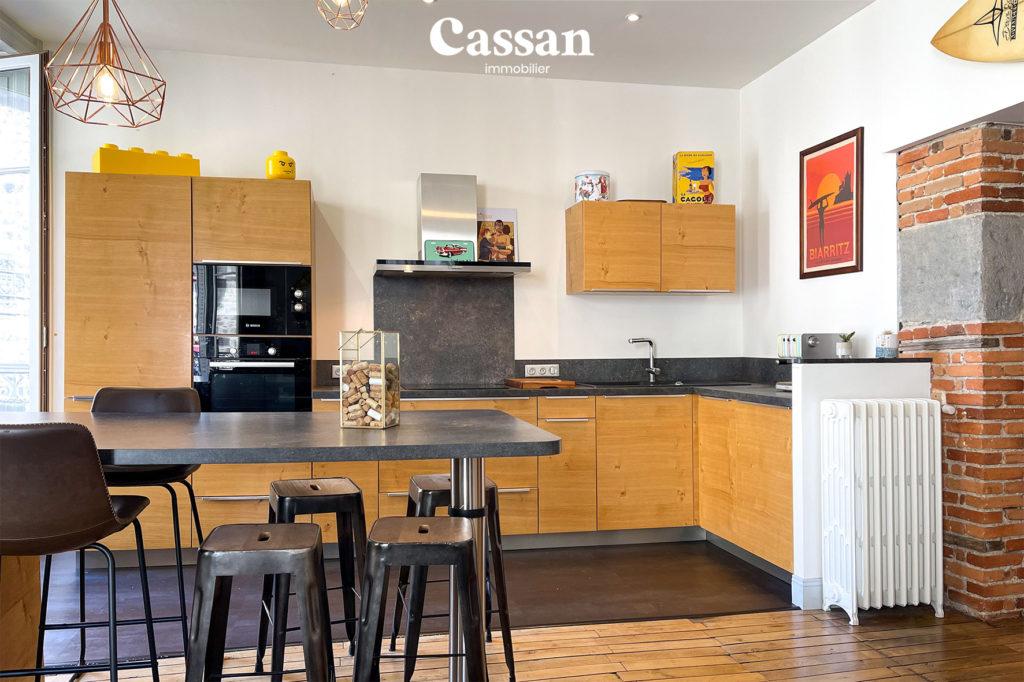 cuisine ouverte appartement plancher bois bar