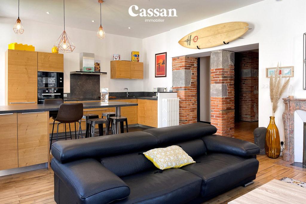cuisine ouverte séjour bar brique plancher bois surf