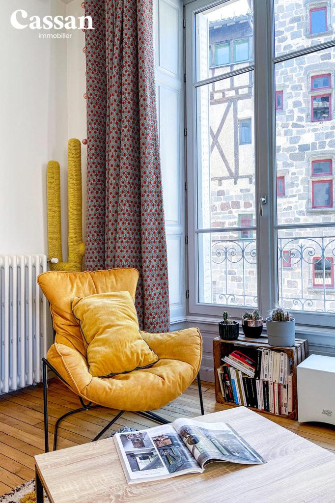 fauteuil magazine plancher bois appartement