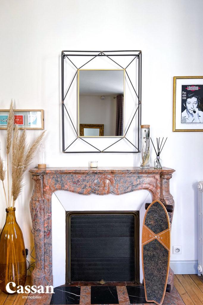 cheminée marbre appartement plancher bois skate