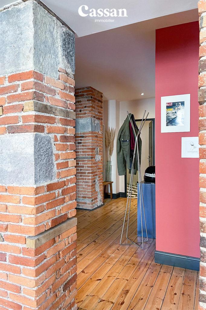 brique appartement plancher bois entrée