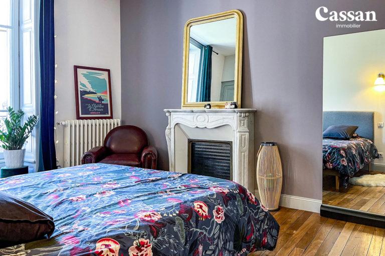 chambre cheminée marbre fauteuil club