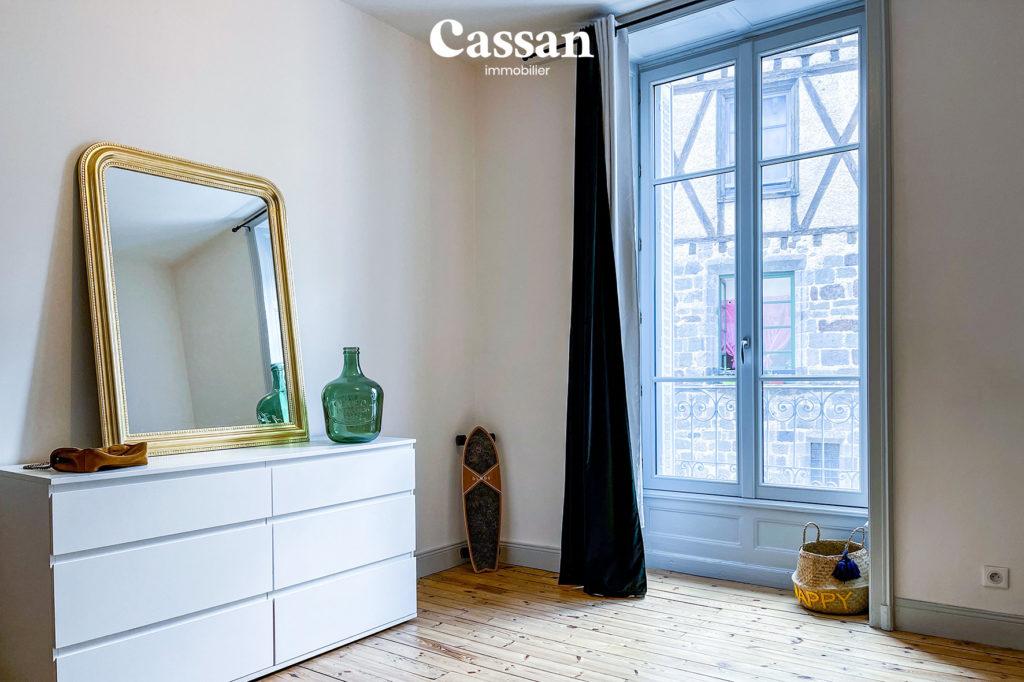 chambre appartement fauteuil club plancher bois