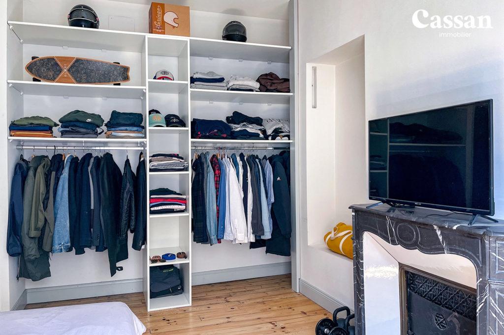chambre appartement dressing cheminée marbre plancher bois