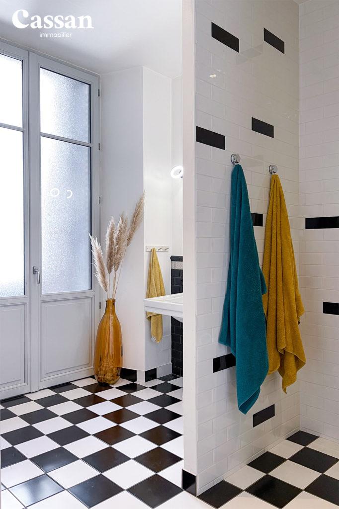 salle de bain pampa carreau métro damier noir blanc