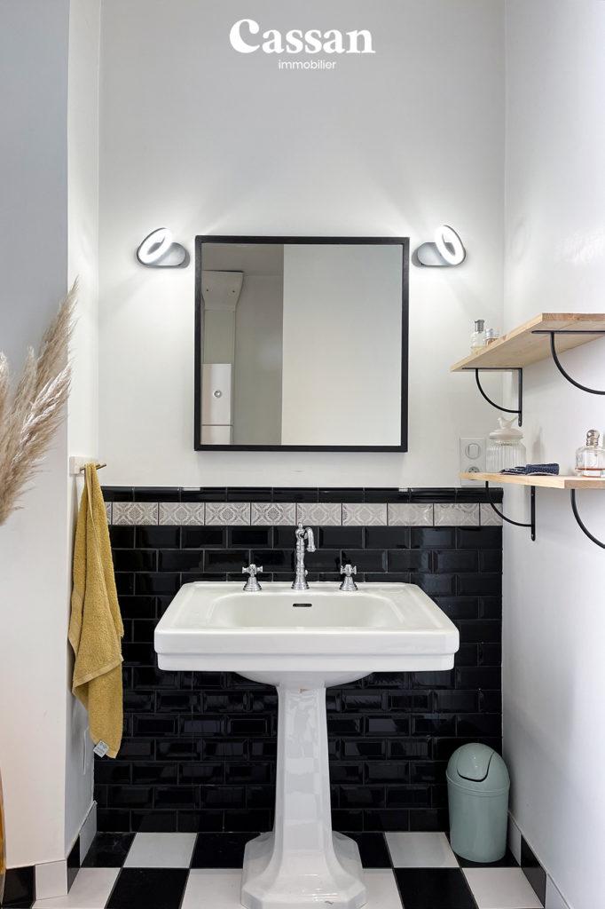 salle de bain carreau métro noir blanc damier vintage pampa