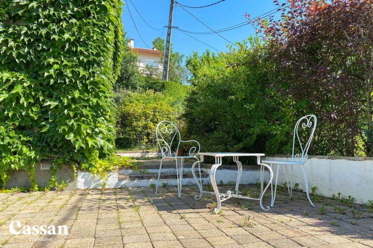 maison vigne vierge jardin fer forgé chaise